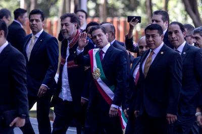 El presidente arribó con la banda presidencial.