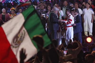 Fue ya en el Zócalo que López Obrador recibió el Bastón de Mando de la mano de los representantes de los 68 pueblos indígenas y los afromexicanos.