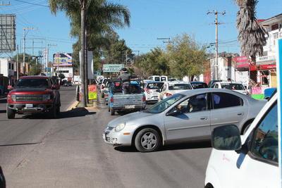 El aforo vehicular se complica en esta época del año, dada la ocupación de carriles en el bulevar Guadalupe Victoria.