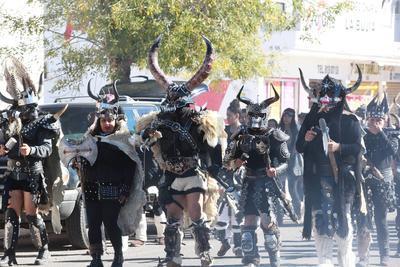 """La danza """"Vikingos"""" es una de las más atractivas para los paseantes que acuden a presenciar este espectáculo guadalupano."""