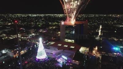 Con el tradicional encendido del monumental pino y la inauguración de la pista de hielo ubicados en la Plaza Mayor de Torreón
