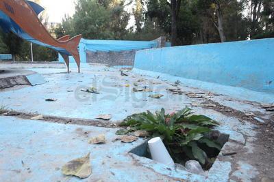 Hay áreas comunes que presentan gran acumulación de basura que es dejada tanto por visitantes como por deportistas, ofreciendo no solo una pésima perspectiva sino un impacto nocivo para el medio ambiente.