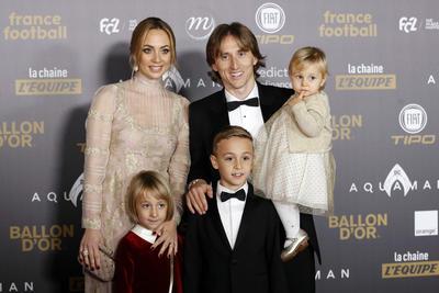 Luka Modric fue acompañado por su familia para recibir el premio.