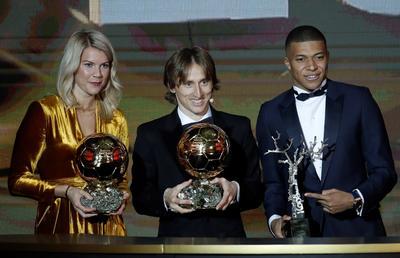 Ada Hegerberg, Luka Modric y Kylian Mbappé, los ganadores de la noche.