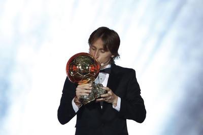 Luka Modric puso fin a la hegemonía de Lionel Messi y Cristiano Ronaldo ganando el Balón de Oro que da la revista France Football.