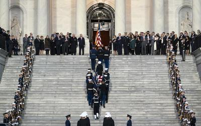 En el Capitolio, el cuerpo del expresidente número 41 de los Estados Unidos será expuesto bajo la cúpula central del edificio y permanecerá accesible para permitir que los ciudadanos ofrezcan sus respetos y sus condolencias.