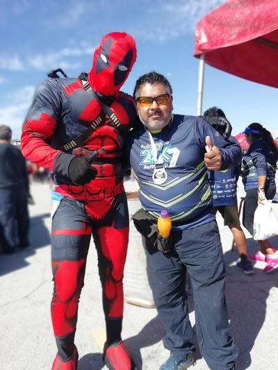 06122018 Darío Zúñiga con Deadpool al finalizar la 21K Autopop.