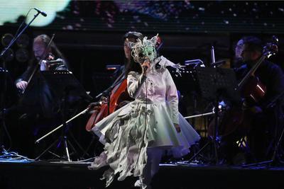 Björk compite en la categoría de alternativo.