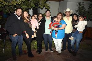 Elias y Melissa, Jacobo y Victoria, Edith y Manuel, y nietos