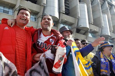 Fuera del ambiente hostil, algunos hinchas de River y Boca no dudaron en tomarse fotos juntos en la entrada de la casa del Real Madrid.