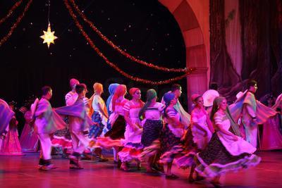 Con un espectáculo renovado la Compañía Korián corrió el telón del Teatro Ricardo Castro.