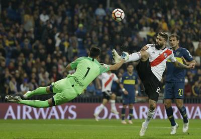Pratto y Andrada protagonizaron un fuerte choque en el segundo tiempo del partido.