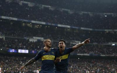 Pavón y Benedetto festejan el gol de Boca Juniors.