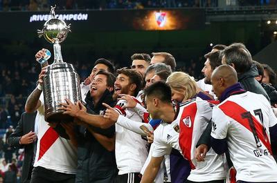 Los jugadores del cuadro millonario festejan con la Copa Libertadores.