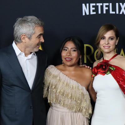 """Alfonso Cuarón, director, productor y guionista; Yalitza Aparicio, actriz protagonista y la actriz Marina de Tavira posan en la alfombra roja del lanzamiento de la película """"Roma"""" en el Teatro Egipcio de Los Ángeles."""