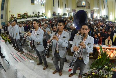 Al finalizar la ceremonia se entonaron las mañanitas a la Virgen Morena por diversos grupos musicales y los fieles católicos que asistieron desde muy temprano al santuario ubicado en la zona centro de la ciudad.