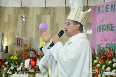 El Obispo Barraza Beltrán, recordó que hace una año fue su primera celebración a la Virgen de Guadalupe en Torreón y que en aquella ocasión se sorprendió de la gran cantidad de fieles que se congregaron en la parroquia.