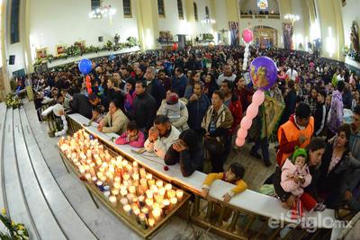 Fieles llevaron veladoras a la parroquia.