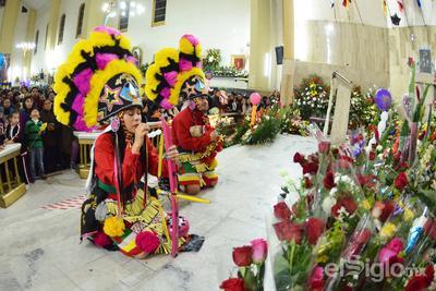 Caminando o de rodillas, cientos de personas provenientes de la Comarca Lagunera de Coahuila y Durango, se concentraron la noche del martes y madrugada del miércoles en la parroquia de Nuestra Señora de Guadalupe de Torreón, para festejar el 487 aniversario de la aparición de la Virgen a San Juan Diego en el cerro del Tepeyac.