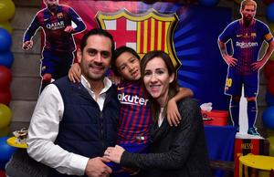 12122018 CELEBRA SU CUMPLE.   Carlos Cruz con sus padrinos, Omar Cruz y Mónica Alarcón.