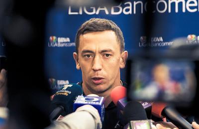 El guardameta del América, Agustín Marchesín atiende a los medios de comunicación.
