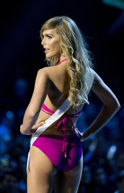 """""""Miss España baila flamenco, es profesora y confecciona sus propios vestidos. Ella disfruta leyendo novelas de aventura y lucha por los derechos humanos y la igualdad de género"""", así describió la modelo su desfile con traje de gala."""
