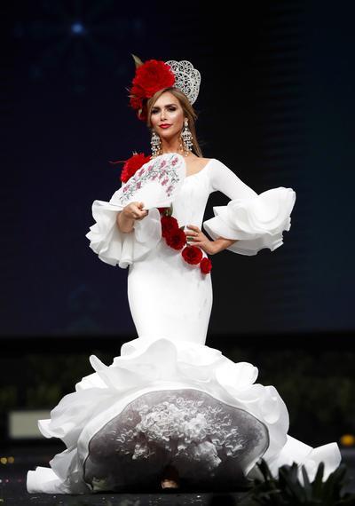 La modelo de 27 años, junto a las 93 aspirantes de Miss Universo 2018, usaron durante la pasarela diferentes tipos de vestuarios; un traje típico de su país, un vestido de gala, y el traje de baño, Ángela usó uno en color rosa.