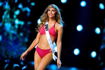 Ángela Ponce, quien es representante de España en Miss Universo 2018, desfiló el día de ayer en la gala preliminar, donde se llevó la ovación de los presentes al aparecer en traje de baño.