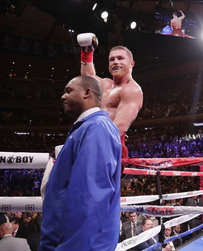 'Canelo' castiga a Rocky Fielding y es campeón Supermediano