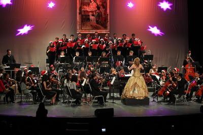 Decenas de músicos de diferentes edades sorprendieron al respetable con un concierto especial.