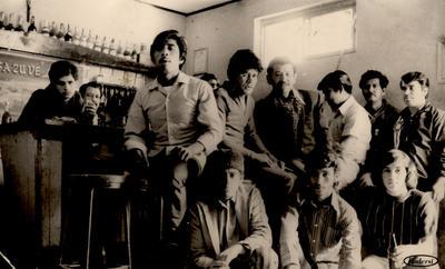 """16122018 Juan, """"El Bigotes"""" (f), Ángel, Santos, Chuy, Nino (f), Agapito (f), Poncho (f), """"El Muerto"""" (f), """"El Tili"""" (f) y Pancho, en el Bar Sazuve en 1973."""