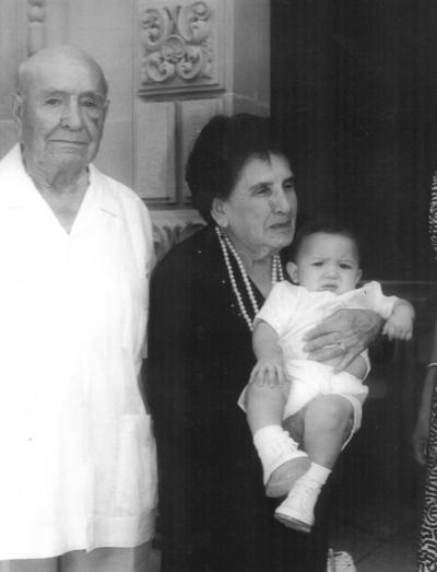 16122018 Jorge Wah en su bautizo acompañado por Dr. Juan Gurrola y doña María C.