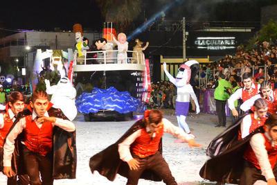 En el magno evento participaron más de 300 voluntarios caracterizando personajes, bailarines, acróbatas y botargas, los cuales fueron concentrados junto con los carros alegóricos sobre la calzada Colón, donde partieron rumbo al poniente de la ciudad por la avenida Matamoros.