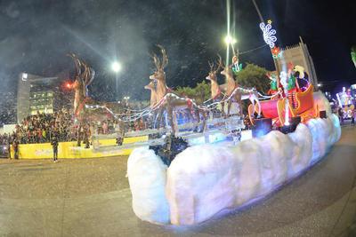"""El Gobierno de Coahuila a través del DIF estatal ofreció para el deleite de miles familias laguneras el desfile navideño """"Luz y Magia 2018"""", el cual recorrió calles y avenidas de la zona centro de Torreón, siendo recibido por niñas, niños y adultos con gran expectación y algarabía."""