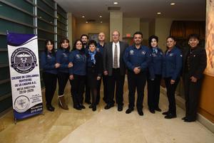 23122018 Dr. Rodolfo Parada, Director de la Facultad de Odontología Unidad Torreón, y Dr. Sergio Favela Flores, Presidente del Colegio de Cirujanos Dentistas de La Laguna, acompañados por los integrantes de la mesa directiva.