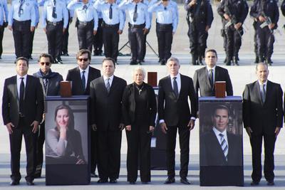 Entre coronas de flores y la banda de guerra de la Policía Estatal, fueron recibidos con aplausos las cenizas de los políticos y tres tripulantes que les acompañaban al momento del siniestro.
