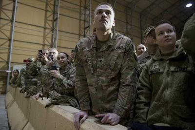 """La portavoz de la Casa Blanca, Sarah Huckabee Sanders, escribió hoy en Twitter que el mandatario estadounidense viajó para agradecer a las tropas y al mando militar """"su servicio, su éxito y su sacrificio"""" y para """"desearles una feliz Navidad""""."""