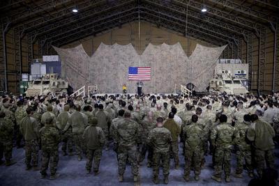 El presidente estadounidense Donald Trump realizó este miércoles una visita sorpresa a los soldados estadounidenses estacionados en Irak.