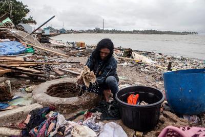 Indonesia amplió la zona vedada alrededor de la isla donde un volcán desató un tsunami el fin de semana, matando al menos a 430 personas en las islas de Sumatra y Java, informaron el jueves las autoridades.