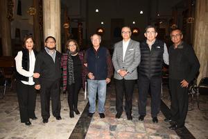 28122018 POSAN PARA LA CáMARA.  Eduardo Carmona, Julián y Josefina Ayup, Felipe Vargas, Mario Méndez, Pbro. José Luis de la Fuente y Lupita Díaz.
