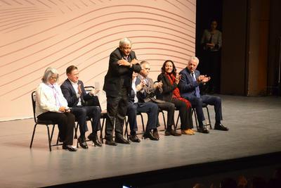 López Obrador llegó a las 12:50 horas a esta ciudad, siendo recibido por autoridades estatales de Coahuila y Durango; luego se trasladó en una camioneta hacia el Teatro Nazas.