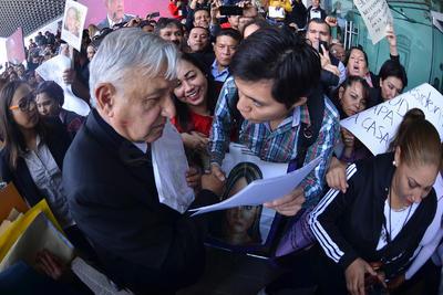 También acudieron los gobernadores de Coahuila y Durango, Miguel Ángel Riquelme y José Rosas Aispuro, a quienes el edil apenas saludó, para concentrarse en abrirse paso entre la multitud hacía la camioneta que le esperaba en el exterior, apoyado por su escolta.