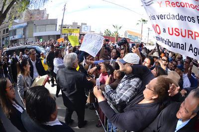 El mandatario fue recibido con aplausos, porras y algunos reclamos en el aeropuerto, donde una gran cantidad de ciudadanos buscaron acercarse para saludarlo y tomarse una selfie.
