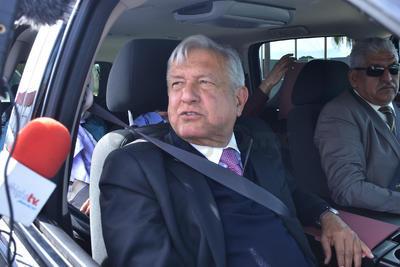 Ya en el vehículo, aún había ciudadanos que se colgaban de la ventana para tomarse la foto con el mandatario en su primera visita como presidente de la República a La Laguna.