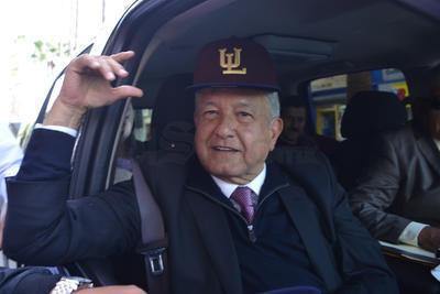 Como aficionado de beisbol, recibió una gorra del equipo de los Algodoneros de Unión Laguna.