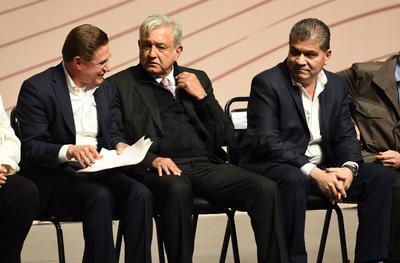 El Ejecutivo estuvo acompañado por los gobernadores de Durango, José Rosas Aispuro Torres y de Coahuila, Miguel Ángel Riquelme Solís.