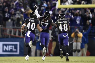 Intercepción de Clint Mosley en la última ofensiva de Browns de Cleveland, dio esta noche la victoria a Ravens de Baltimore por 26-24, el título de la División Norte de la Conferencia Americana y el descanso en la ronda de comodines de los playoffs de la NFL.