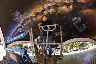 Efraín Gaytán es uno de los creadores del mural de las constelaciones en la cúpula de la Plaza del Eco de Torreón, que se caracteriza por ser interactivo y en donde participa el Planetarium, una asociación que trabaja por la divulgación de la ciencia y la astronomía en La Laguna.