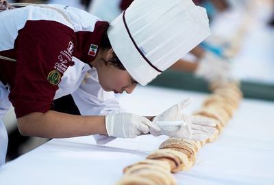 En esta rosca participaron 140 estudiantes de Gastronomía, además de 400 voluntarios, quienes colocaron la rosca alrededor del camellón central del bulevar Venustiano Carranza, en el tramo que va de las calles Chihuahua a Reynosa.