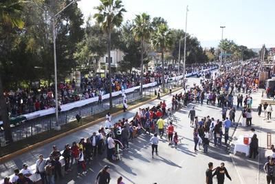 El Gobierno Municipal de Saltillo y la Universidad Vizcaya de las Américas, rompieron el récord de la rosca de Reyes más larga del mundo, esto luego de elaborar una pieza de 2 mil 065 metros y 43 centímetros de longitud, la cual fue distribuida entre los ciudadanos en el Paseo Saltillo.